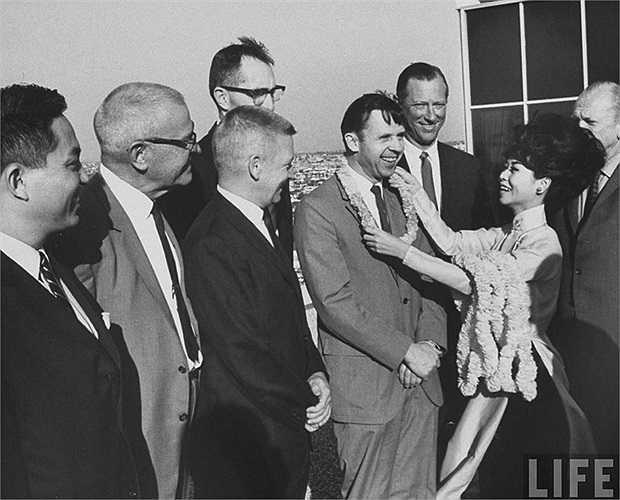 by tiển đưa phái đoàn bác sĩ sang vietnam ở Mỹ năm 1965