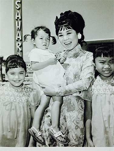 BY với các em nhỏ tại NEVADA , USA 1965.jpg